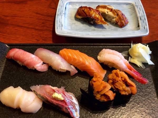 1. Sân bay Narita, Nhật Bản: Sân bay Narita còn tên khác là Tokyo Narita, được xếp hạng là sân bay số một về phục vụ đồ ăn. Lựa chọn thức ăn ở đây rất đa dạng, từ những loại hải sản tươi ngon cho tới mì ramen. Món được yêu thích nhất tại sân bay Narita là sushi kyotatsu. Những miếng sushi tươi tới mức bạn khó mà tin rằng chúng được chế biến tại sân bay.