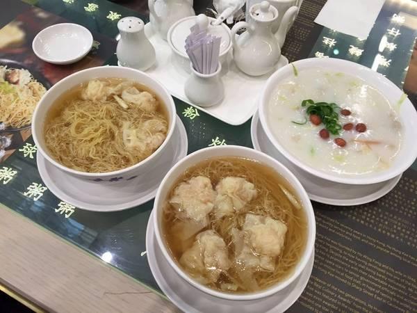 2. Sân bay Hong Kong, Hong Kong: Một bữa ăn ngon không khó tìm ở sân bay quốc tế Hong Kong vì bạn có nhiều lựa chọn với hàng ăn chất lượng cao phục vụ các món đặc sản phong phú. Bạn có thể ăn tại nhà hàng Crystal Jade La Mian Xiao Long Bao và chọn đặc sản của Thượng Hải, Tứ Xuyên, Bắc Kinh...