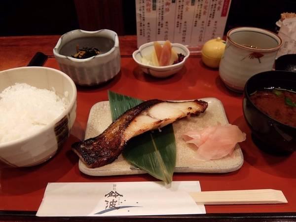 5. Sân bay Chubu Centrair, Nhật Bản: Chubu Centrair là sân bay đứng thứ 5 về phục vụ đồ ăn, đưa đến cho du khách hàng loạt lựa chọn hấp dẫn. Ngoài ẩm thực Nhật Bản, du khách có thể thưởng thức cả đồ ăn Italy, Pháp, Trung Quốc hay Hàn Quốc. Nhà hàng Suzunami tại sân bay phục vụ nhiều đặc sản của vùng Nagoya, thu hút nhất vẫn là hải sản và mì ramen nóng hổi.