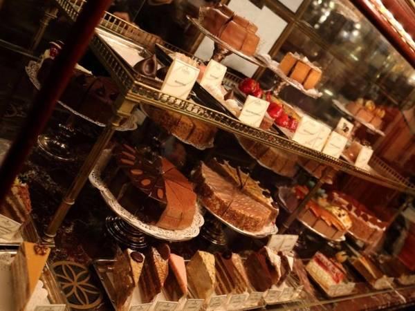 """7. Sân bay Vienna, Áo: Vienna nổi tiếng với những """"ngôi nhà cà phê"""", sân bay của thành phố này cũng sẽ cho du khách thấy sự đa dạng của các loại bánh ngọt, cà phê, bánh kem. Ví như hàng Demel ngập tràn các loại bánh chế biến tại chỗ ngon miệng đẹp mắt."""