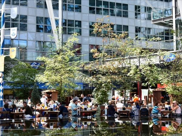 9. Sân bay Munich, Đức: Sân bay Munich là nơi có nhiều nhà hàng phong cách Bavaria với khuôn viên luôn rộng rãi thoáng mát đi kèm sân vườn ngoài trời, phục vụ nhạc sống và bia địa phương. Du khách có thể thưởng thức bia tươi cùng nhiều món ngon hấp dẫn.