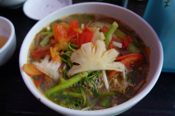 1. Đồ ăn đường phố: Không chỉ đơn thuần là các món ăn, văn hóa ăn uống đường phố chính là điều khiến khách Tây phải lòng khi đến Việt Nam. Tại bất kỳ thời điểm nào trong ngày, họ cũng bắt gặp những người Việt ở đủ mọi lứa tuổi, ngồi tụ tập dưới một mái hiên hoặc sạp hàng ngoài trời, cùng nhau thưởng thức một món ăn ngào đó. Nhiều thực khách nước ngoài cho biết, ăn trên đường phố rất thú vị, đây mới chính là cách thưởng thức ẩm thực Việt chân thực nhất và cũng là cơ hội để họ cảm nhận cuộc sống thường nhật.