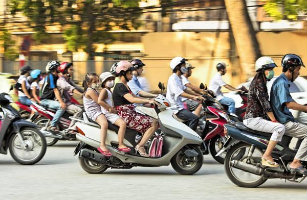 2. Giao thông: Ngoài nỗi kinh sợ bởi việc giao thông hỗn loạn vào giờ cao điểm, khách Tây còn cảm nhận được sự thú vị đến từ những thanh âm ồn ào, náo nhiệt rất riêng ở các đô thị và cũng là minh chứng cho sự phát triển không ngừng ở Việt Nam. Họ truyền nhau bí kíp khi băng qua đường rằng, chẳng ai cố tình làm hại bạn, hãy ghi nhớ điều đó, nên tự tin đi qua đường với tốc độ có thể dự đoán trước, đừng đột nhiên dừng lại hay tăng tốc khiến người điều khiến xe máy không đoán trước được. Như vậy mọi chuyện sẽ ổn thôi.