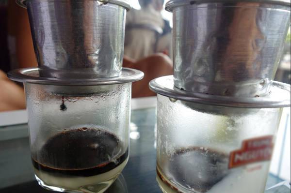 3. Cà phê: Là một trong những nhà sản xuất cà phê hàng đầu thế giới, Việt Nam là điểm hẹn cho những ai mê cà phê thứ thiệt. Ở đây, uống cà phê cũng là một loại hình ẩm thực và văn hóa đặc trưng. Người ta uống cà phê vào bất kỳ thời điểm nào, con phố nào cũng có vài tiệm cà phê. Cà phê lại được pha chế với sữa đặc, rất đặc trưng chỉ riêng Việt Nam mới có.