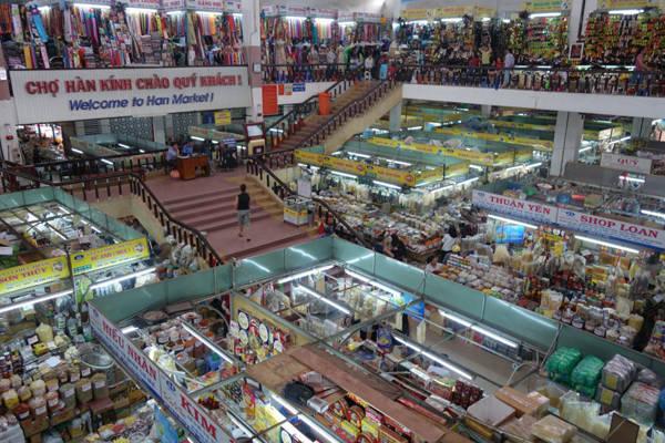 6. Những khu chợ: Khác với ở nhiều nước phương Tây, mỗi khu chợ chỉ bán một loại mặt hàng, phần lớn các khu chợ bình dân ở Việt Nam đều bán rất nhiều mặt hàng, từ đồ ăn tươi, khô, quần áo, vải vóc, giày dép, hàng tiêu dùng với văn hóa mang đặc trưng của địa phương.