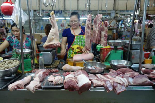 8. Thịt tươi sống: Cũng giống hải sản, thịt động vật ở Việt Nam thường được giết mổ ngay trong ngày. Một khách nước ngoài miêu tả, con lợn vừa được làm thịt cách đó 4-5 giờ nên màu đỏ tươi, hương vị ngon hơn hẳn loại đông lạnh trong siêu thị. Một miếng thịt tươi khi được nướng chín, tẩm ướp theo kiểu Việt Nam thực sự ngon khiến chúng tôi nhớ mãi.