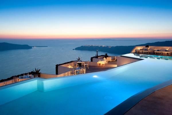 1. Đến với khách sạn The Grace Santorini, Hy Lạp bạn sẽ được chào đón bằng một bữa tối lung linh dưới ánh hoàng hôn với một bên là biển, một bên là bể bơi sang chảnh.