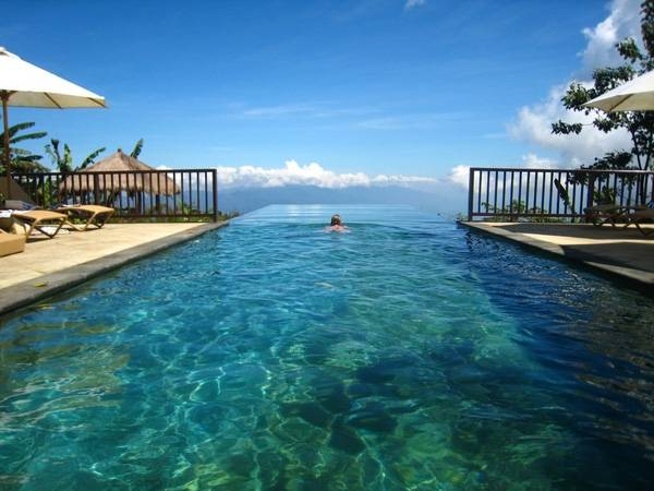 9. Bể bơi tại The Munduk Moding Plantation Hotel tựa như một con đường thần tiên dẫn tới chân trời.