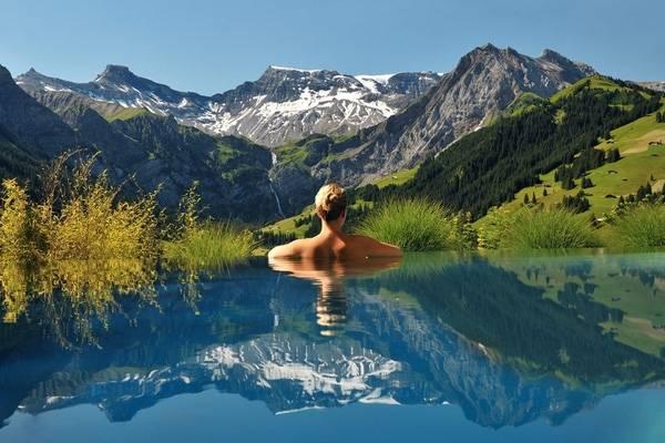 12. Tại khách sạn The Kia Ora, Rangiroa, Polynesia, bể bơi, biển xanh và mây trời như hoà làm một vậy.