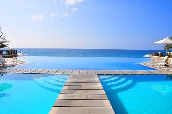 14. Bể bơi xoá nhoà sự ngăn cách với biển lớn mênh mông tại The Villa Mahal Hotel, Thổ Nhĩ Kỳ.