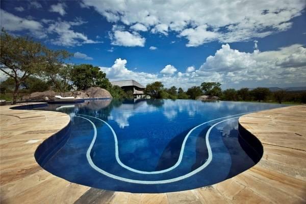 16. Bể bơi tại The Golden Triangle Resort Hotel, Thái Lan mang nét cổ kính độc đáo với mái ngói và hoa sen.