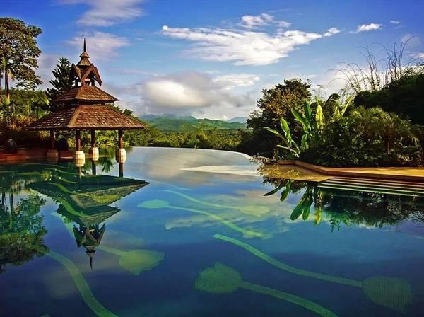 17. Cùng toạ lạc tại Thái Lan nhưng bể bơi khách sạn The Racha Island Resort lại mang thiết kế hiện đại.