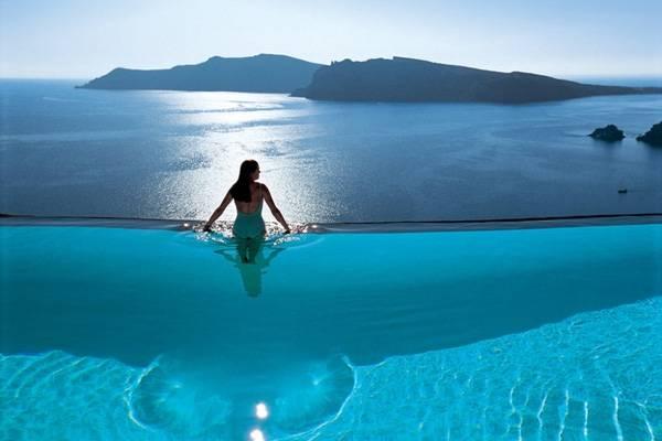 2. Bể bơi tại The Perivolas Hotel lại cho du khách cảm giác như được hoà mình vào biển lớn bao la.