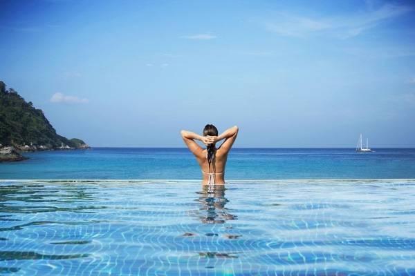 18. Những du khách có sở thích bơi đêm sẽ choáng ngợp bởi quang cảnh lung linh khi đến với The Sha Wellness Clinic Hotel and Spa, Tây Ban Nha.