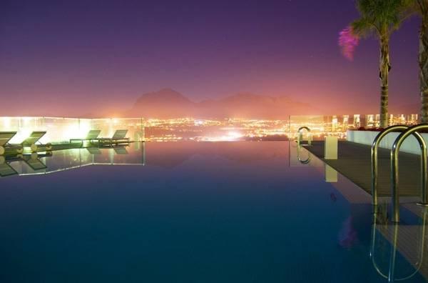19. Một sự kết hợp hài hoà của bể bơi, biển xanh và núi cao khác đến từ The Jade Mountain Resort Hotel, Saint Lucia.