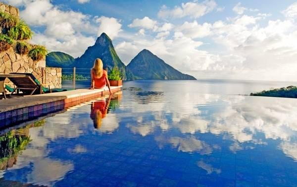 20. Khép lại danh sách những bể bơi trong mơ là màu xanh dịu mát của khách sạn The Du Cap Eden Roc, Pháp.