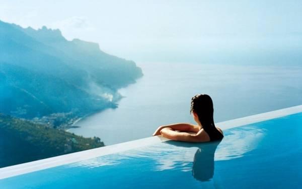 3. Có lẽ nơi ngắm cảnh tuyệt vời nhất tại khách sạn The Caruso, Italy chính là bể bơi hướng ra núi.