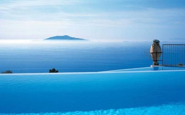 4. Tại The Caesar Augustus Hotel, bơi ở bể khách sạn mà cảm tưởng như đang vùng vẫy ngoài biển xanh vậy.