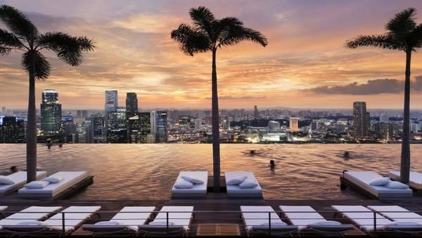5. Nhắc đến những bể bơi sang trọng thì không thể bỏ qua The Marina Bay Sands Hotel, Singapore rồi.