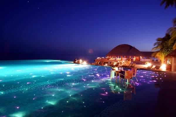 6. Nếu có cơ hội đến thăm thiên đường mặt đất Maldives thì đừng bỏ qua bữa tối kỳ diệu trên mặt nước tại The Huvafen Fushi Resort nhé.