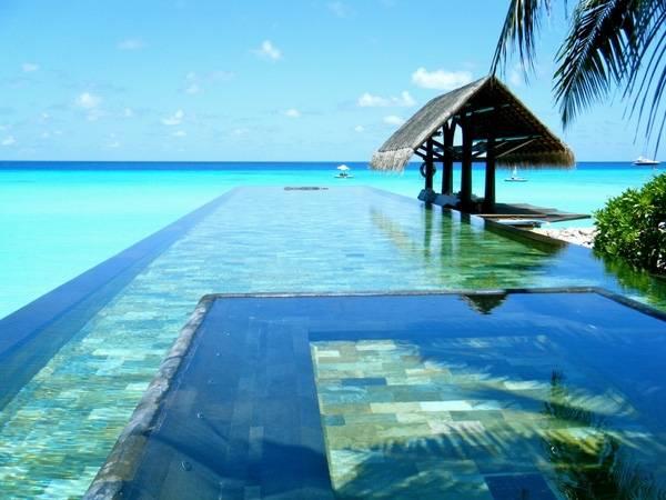 7. Tại bể bơi khách sạn The Reethi Rah, cảm tưởng như chỉ một bước chân nhỏ nữa là du khách có thể gặp làn nước biển trong vắt luôn vậy.