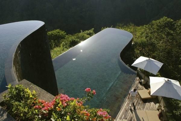 8. Bể bơi hai tầng tại The Ubud Hanging Gardens Hotel, Bali gây ấn tượng nhờ rừng cây xanh rộng lớn bao quanh.