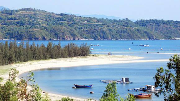 Những doi cát trườn dài ra biển ở Đầm Môn. Ảnh: vntour