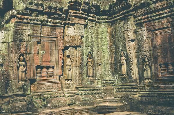 Đền Banteay Srei được xây chủ yếu bằng đá sa thạch đỏ, một chất pha màu được thêm vào những bức điêu khắc trang trí tỉ mỉ trên tường, mà ngày nay vẫn còn nhìn thấy được.