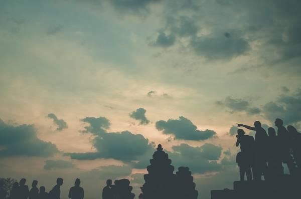 Đoàn khách du lịch đứng đợi hoàng hôn trên ngôi đền Phnom Bakheng được xây dựng trên một ngọn đồi nằm giữa Angkor Wat và Angkor Thom. Đây là trung tâm của vương quốc Khmer đầu tiên ở Angkor, gọi là Yasodharapura, là một ngôi đền Hindu dưới dạng núi đền với chiều cao 65 m.