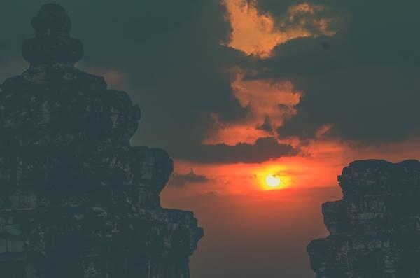 Nằm trên đỉnh một ngọn đồi, ngày nay ngôi đền là một địa điểm du lịch phổ biến đển khách du lịch Campuchia ngắm nhìn hoàng hôn của quần thể Angkor Wat, nằm ở giữa rừng khoảng 1,5 km về phía đông nam.