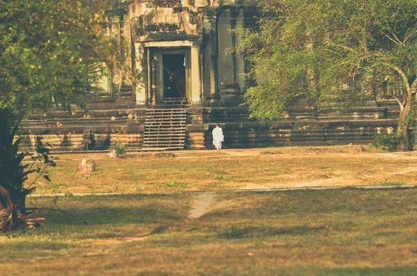 Công trình mang đậm dấu ấn Phật giáo. Thi thoảng khách du lịch vẫn có thể bắt gặp hình ảnh những vị tu sĩ chậm rãi đi quanh đền.