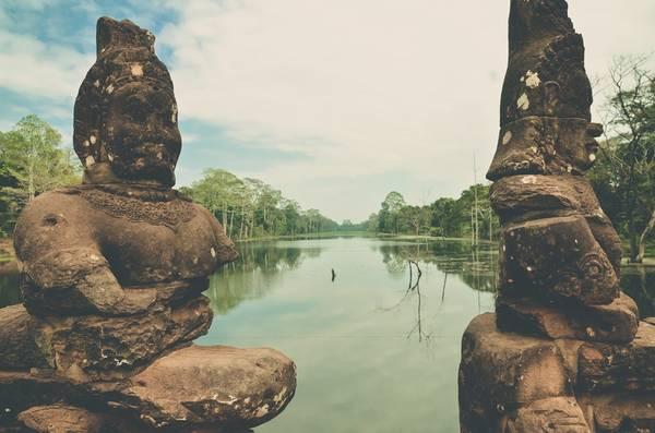 Những bức tượng trên cây cầu thuộc quần thể Angkor Thom.