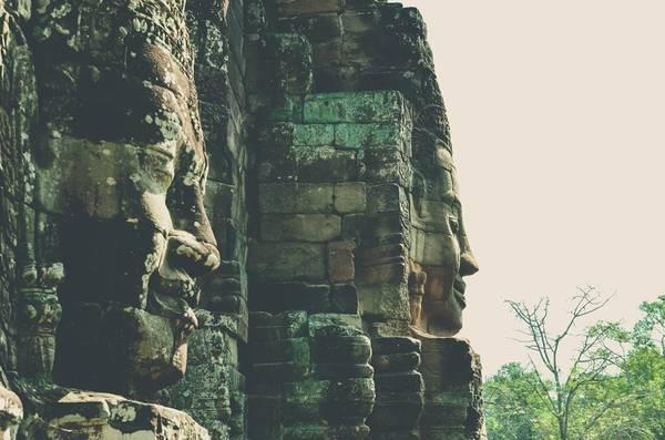 Để xây dựng những bức tượng Phật mỉm cười này, người xưa đã phải phá núi lấy hàng nghìn tảng đá, thả theo bè xuống sông.