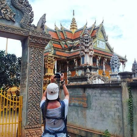 Du khách thích thúghi lại những công trình kiến trúc đẹp ở Battambang. Ảnh:natkahaani