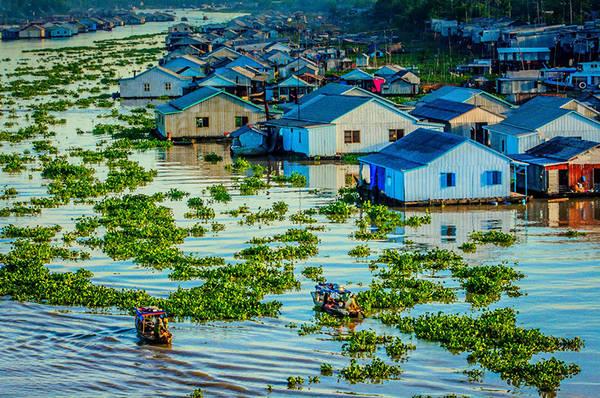 Làng nổi Châu Đốc: Điểm du lịch độc đáo nhất ở Châu Đốc chính là làng bè nổi, nét văn hóa đặc sắc mang đậm phong cách của vùng sông nước. Xuồng, ghe là phương tiện chủ yếu của mỗi gia đình ở những làng nổi này. Ở đây, mỗi chiếc bè như một căn hộ kết nối nhau trải dài dọc hai bờ sông. Mỗi chủ bè có ít nhất 3-4 chiếc bè, thường có thêm một chiếc bè sinh sống cặp bên. Đặc biệt, gần đây, một số người dân có xu hướng đóng bè xuống sông định cư. Cuộc sống của gia đình được gói gọn trên chiếc bè ngang 4m, dài 7-8m. Ảnh: ST