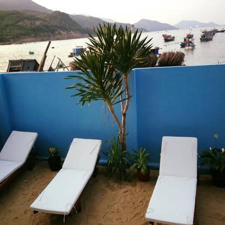 Ghế tắm nắng để cho du khách thư giãn.