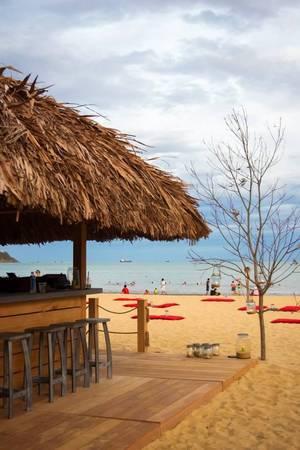 Quán chỉ vỏn vẹn một quầy bar ngay lối vào, phần lớn nhường lại khoảng không cho những chỗ ngồi ngoài trời với bộ bàn ghế gỗ đơn giản.