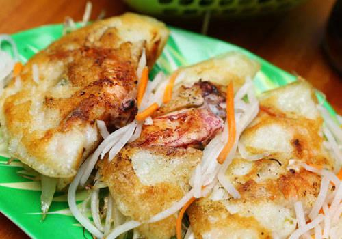 Bánh xèo mực Nha Trang nổi tiếng với nhân tôm, mực đầy đặn. Ảnh: NhaTrang