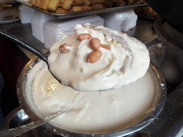 Đặt lên mặt bánh 1 - 2 con tép và đậu phộng trước khi chiên - Ảnh: Hoài Vũ