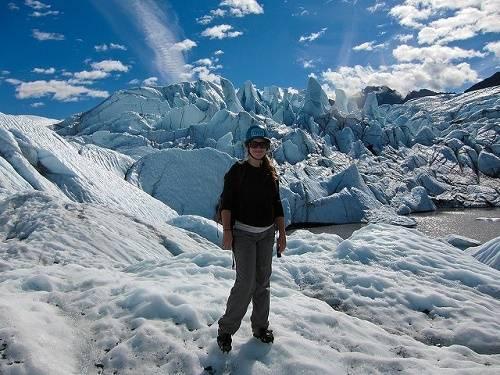 Stephanie trong chuyến leo núi Matanuska Glacier, Alaska. Ảnh: Twenty-something Travel.