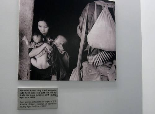Stephanie chụp lại hình ảnh minh họa những nạn nhân là phụ nữ và trẻ em trong cuộc chiến. Ảnh: Twenty-something Travel.