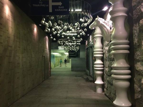 Đường hầm với nhiều nét kiến trúc khác nhau sẽ là một địa điểm chụp hình lí tưởng trước khi bạn bước ra biển và chơi đùa.