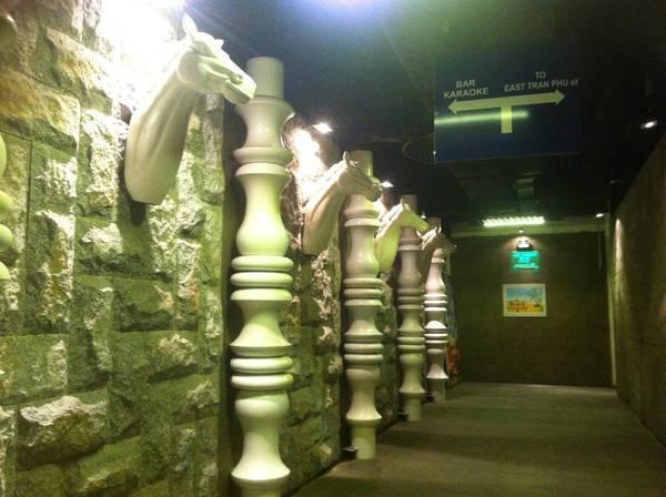 Đường hầm này dẫn ra khá nhiều khu vực khác nhau nên các bạn nhớ lưu ý kĩ các biển chỉ dẫn.