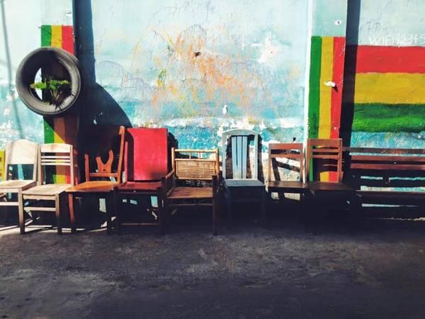 Những dãy ghế dài phía bên ngoài quán.