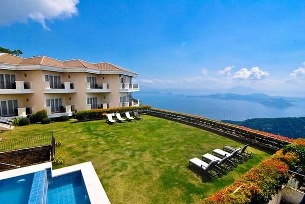 Bạn hoàn toàn có thể ngắm nhìn những cảnh sắc thiên nhiên từ tầm nhìn của khách sạn, ngoài ra Tagaytay còn đầu tư các loại cáp treo hiện đại giúp du khách thuận tiện hơn trong việc tham quan những cảnh quan của cao nguyên.Ảnh:pinterest.com
