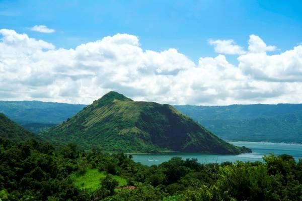 Thời điểm lý tưởng nhất để thăm Tagaytay là vào khoảng tháng 5, lúc này thời tiết đẹp, trong xanh nên có thể dễ dàng đến gần khám phá lòng hồ núi lửa. Ảnh:cushtravel.com