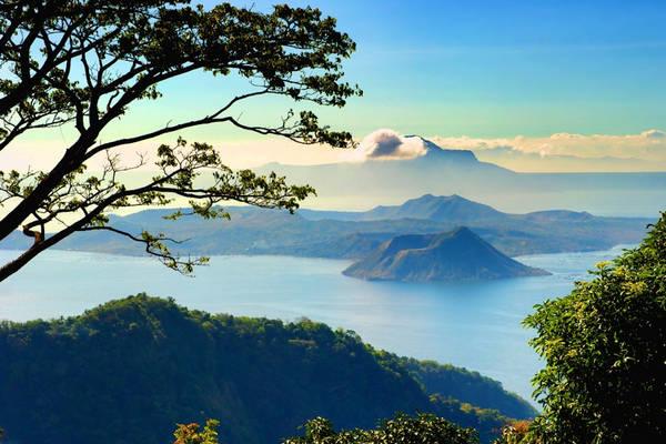 """Một trong những điểm đến nổi tiếng nhất củaTagaytay chínhlà núi lửa trong hồ và hồ trên núi Taal. Nằm trong lòng hồ Taal nên ngọn núi lửa đã ngủ hơn 40 năm được mang luôn tên của hồ và thường được gọi là được gọi là """"hồ trong hồ"""". Phía trong núi lửa Taal lại có một chiếc hồ nhỏ tên là Crater. Ảnh:500px.com"""