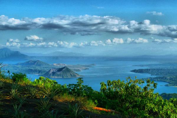 Du khách có thể thuê thuyền đi dạo trên hồ, ngắm cảnh bình minh hay hoàng hôn đều rất đẹp. Trên cao, mây trắng nõn bay trong trời xanh, nhưng dưới lòng hồ, sương mù lất phất tạo nên một khung cảnh huyền ảo. Ảnh:Rey Nocum /Flickr