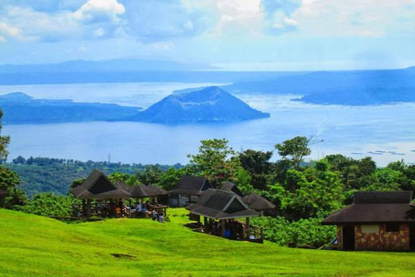 Đặc biệt, cạnhphía bờ hồ Taal người dân đã khai thác triệt để vẻ đẹp kỳ vĩ này với rất nhiều khách sạn xinh đẹp, tất cả đều có tầm nhìn ra Taal. Ảnh:vaya-travel.com