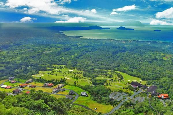 Tagaytay được thiên nhiên ưu ái cho nhiều tài nguyên thiên nhiên quý giá, vừa có rừng vàng, vừa có biển bạc, lại còn những động vật hoang dã quý hiếm, bao phủ cao nguyên này là cả một màu xanh của núi rừng và màu của nước trong xanh như ngọc. Ảnh: tagaytayhighlands.com